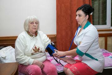 Врачебный осмотр пожилых людей в СПб фото